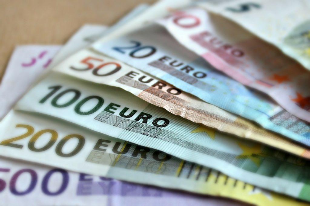 Paga com dinheiro, por Sacha Matias